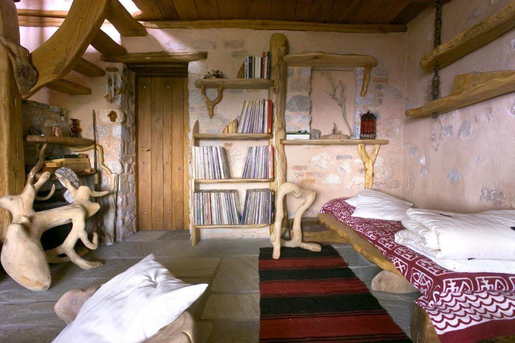 stone-wood-details-interior-design-house-Pelion-traditional-architecture-bedroom-shelv-πέτρινη-κατοικία-Πήλιο-εσωτερική-διαμόρφωση-υπνοδωμάτιο-1