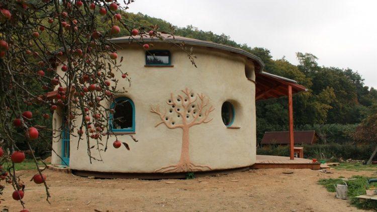 Neobična okrugla kuća od slame u Češkoj